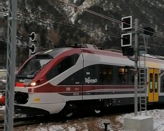 Baustelle Eisackunterquerung: Erstes Eisenbahngleis der Bestandsstrecke verlegt