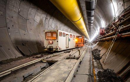 Mules 2-3: Treno di servizio nella galleria di linea ovest, scavata e rivestita con TBM