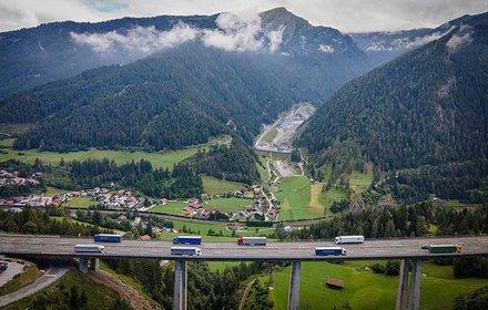 Blick von der Brennerautobahn A13 ins Padastertal