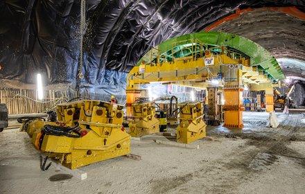 Eisackunterquerung - Aufbau des Schalwagens im westlichen Hauptunnel nördlich des Schachtes
