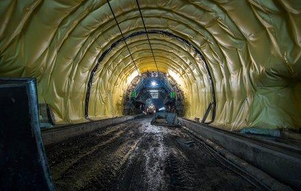 Padastertunnel wird mit Abdichtungsfolie ausgekleidet