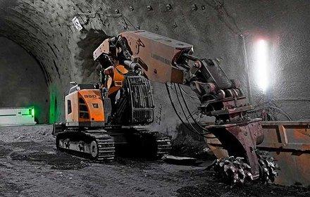 Escavatore galleria con sistema di attacco per fresa